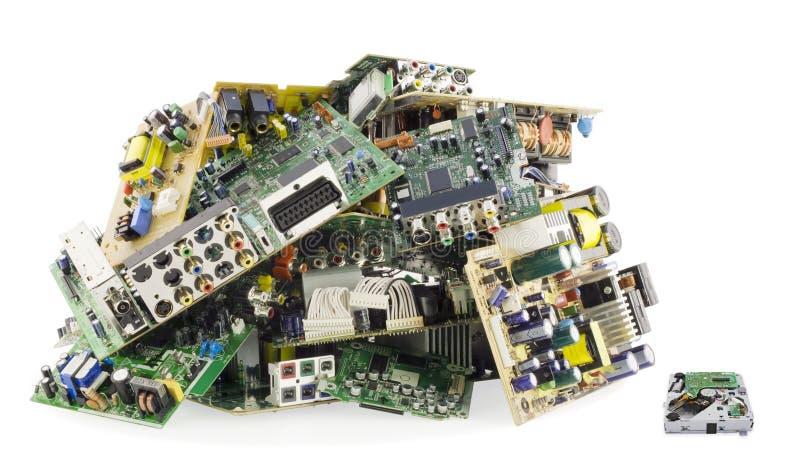 L'électronique cassée sur un vidage mémoire d'ordures photos stock