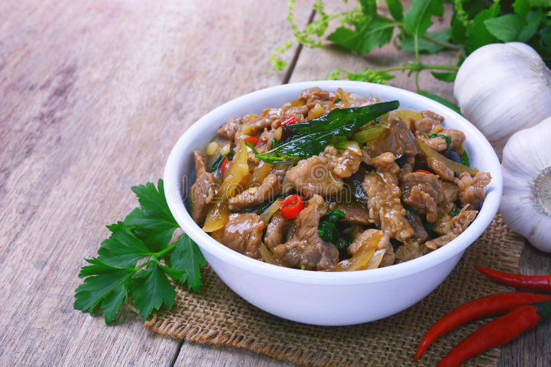 L'émoi a fait frire la sauce chaude et épicée avec du porc, feuille croustillante de basilic sur le dessus photo stock
