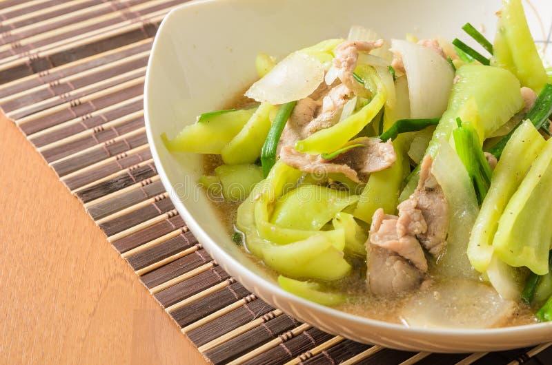 L'émoi a fait frire le poivron doux à l'oignon et au porc photographie stock