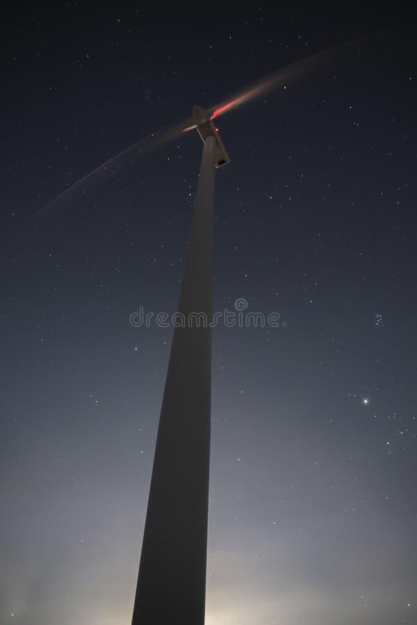 L'énergie éolienne de nuit photographie stock libre de droits