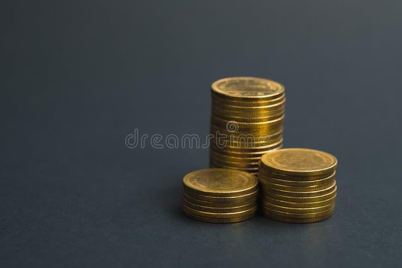 L'épargne, colonnes croissantes des pièces de monnaie, piles des pièces de monnaie disposées As photographie stock libre de droits