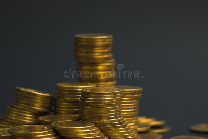 L'épargne, colonnes croissantes des pièces de monnaie, piles des pièces de monnaie disposées As image stock
