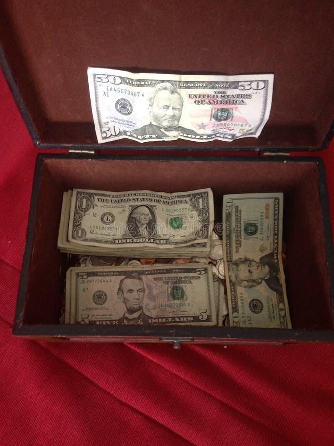 L'épargne d'argent liquide d'argent enferme dans une boîte des pièces de monnaie de pièce de monnaie de banque de tirelire photographie stock libre de droits