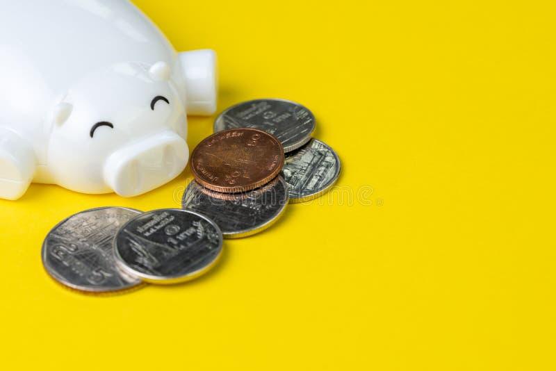 L'épargne, investissement ou concept financier, tirelire heureuse blanche images stock