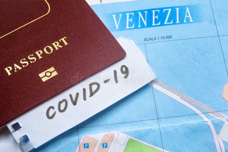 L'épidémie de coronavirus et les restrictions de voyage en Italie La note COVID-19 et le passeport sur la carte de Venise Virus d photos stock