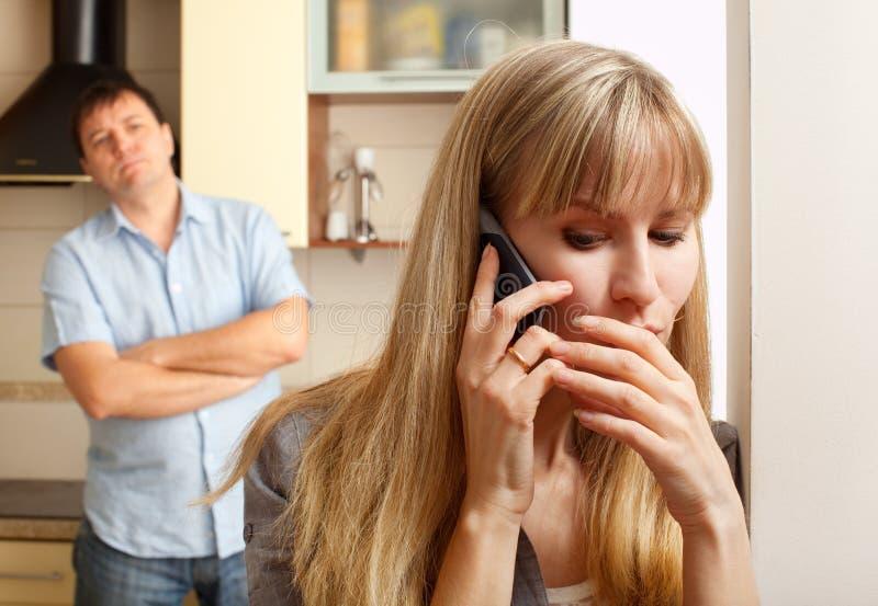L'épouse confèrent en privé au téléphone images libres de droits