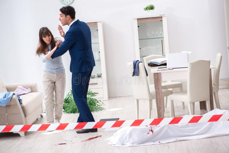 L'épouse de victime à la scène sur le meurtre photographie stock libre de droits