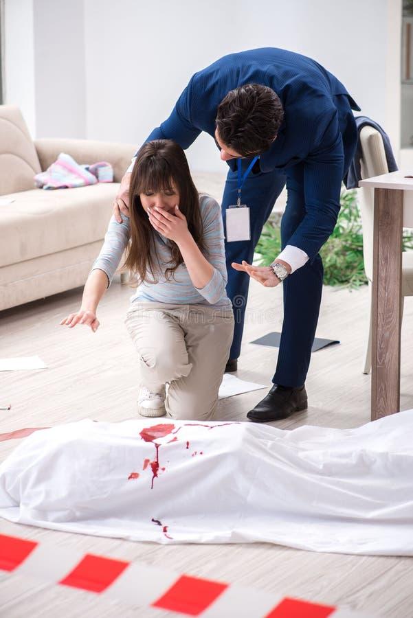 L'épouse de victime à la scène sur le meurtre image stock