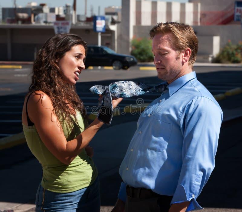 L'épouse explique au mari au sujet de sa relation étroite. photo libre de droits