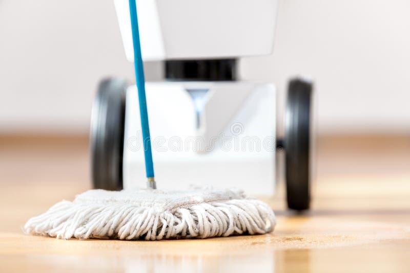 L'épurateur de plancher de robot nettoie le plancher photographie stock libre de droits