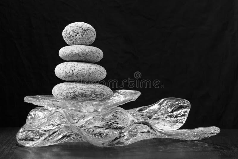 L'équilibre de pierres sur le verre Concept de l'équilibre et de l'harmonie image libre de droits