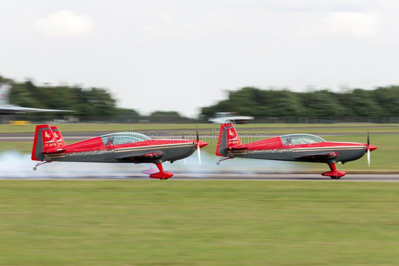 L'équipe acrobatique aérienne EA-300L supplémentaire JY-RFB de Falcons de Royal Jordanian décolle dans la formation pour un affic image libre de droits