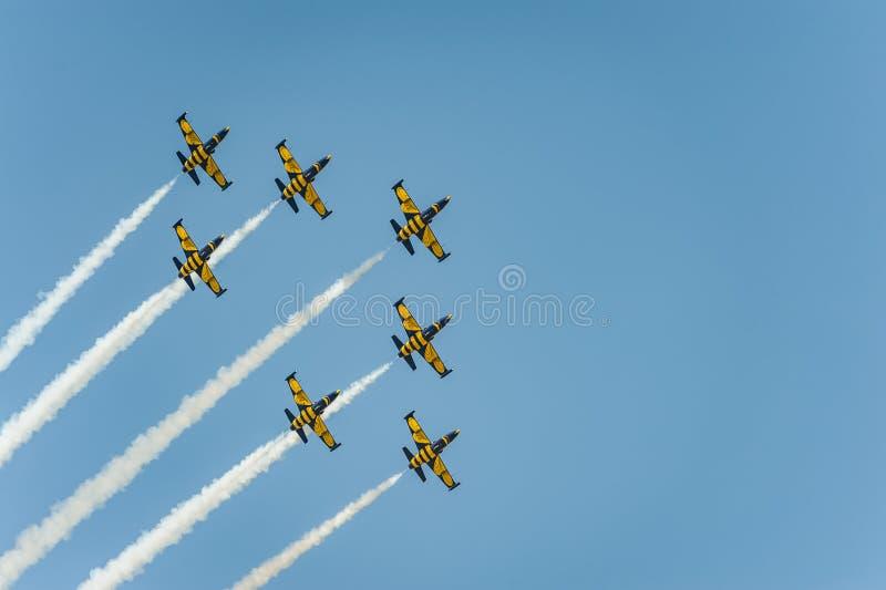 L'équipe baltique d'abeilles exécute le vol au salon de l'aéronautique et les feuilles derrière a fume dans le ciel photo libre de droits