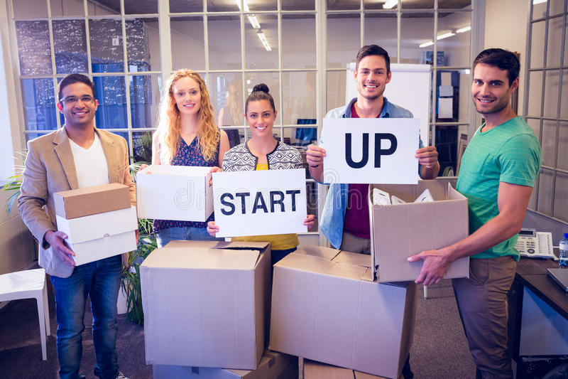 L'équipe créative d'affaires jugeant le carton écrit commencent  photos libres de droits