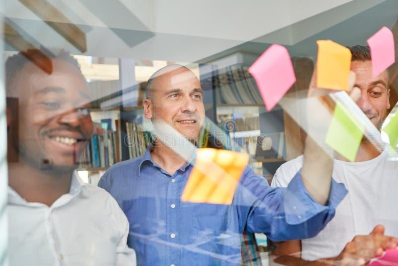 L'équipe créative d'affaires rassemble des idées de projet photographie stock