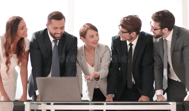 L'équipe d'affaires discute la documentation en ligne photos stock