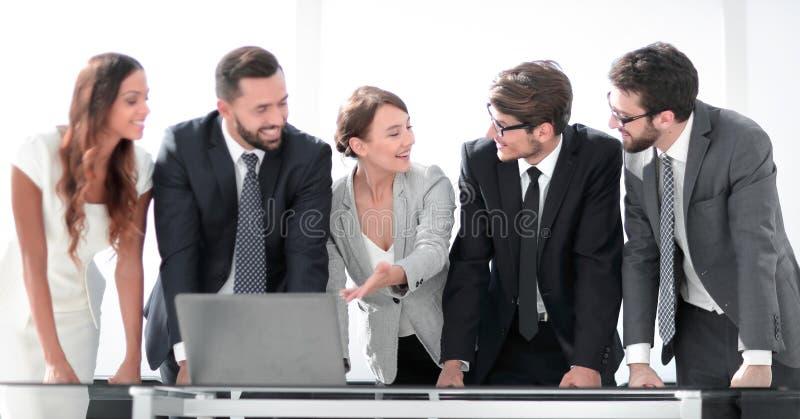 L'équipe d'affaires discute la documentation en ligne images stock