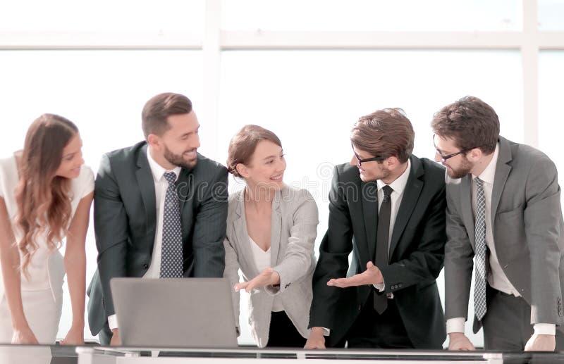 L'équipe d'affaires discute la documentation en ligne photo libre de droits