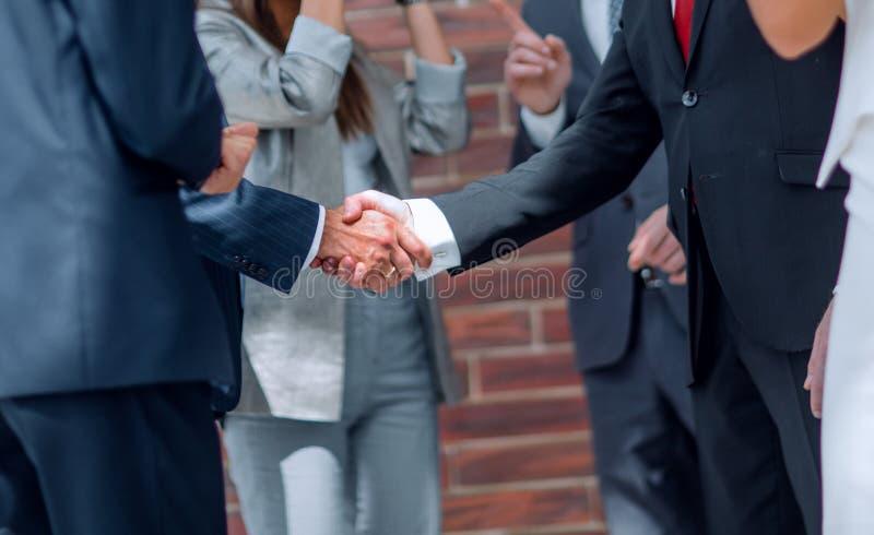 L'équipe d'affaires félicite des associés avec la conclusion de la transaction images libres de droits