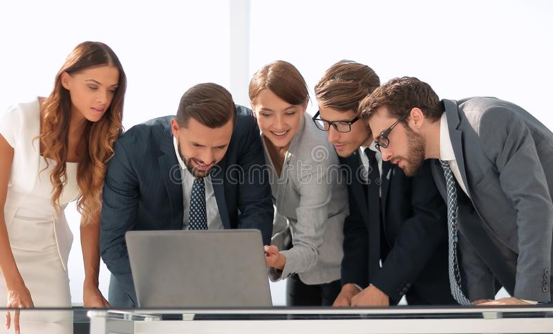 L'équipe d'affaires maintient la documentation en ligne photos stock