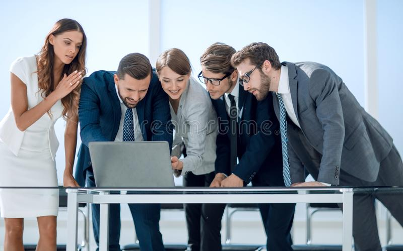 L'équipe d'affaires maintient la documentation en ligne photo stock