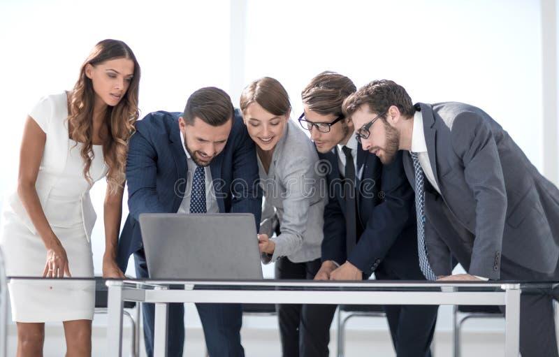 L'équipe d'affaires maintient la documentation en ligne images stock