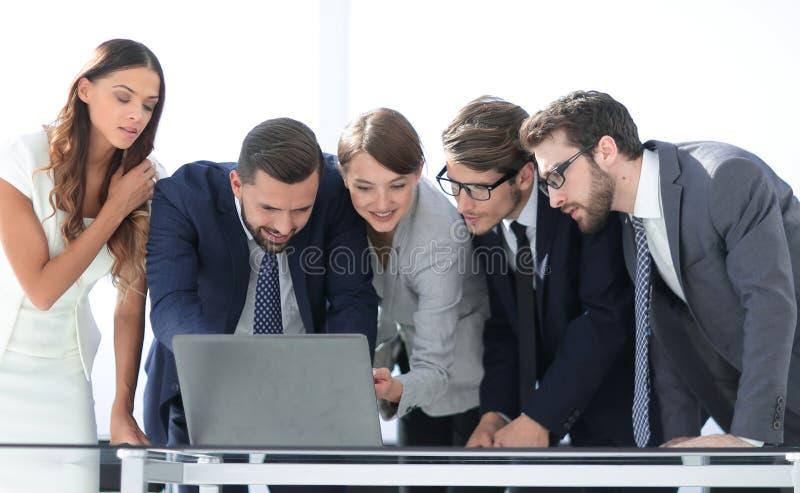 L'équipe d'affaires maintient la documentation en ligne photographie stock