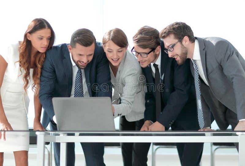 L'équipe d'affaires maintient la documentation en ligne photo libre de droits