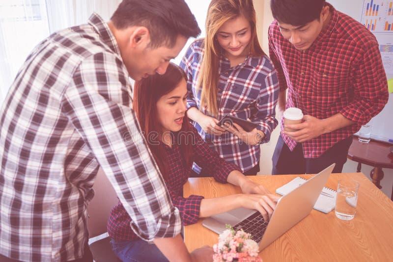 L'équipe d'affaires se réunit sur l'ordinateur portable photographie stock