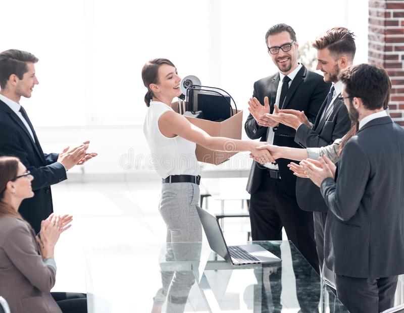 L'équipe d'affaires souhaite la bienvenue au jeune employé images stock