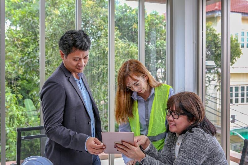 L'équipe de construction prévoit un événement avec joie Ingénieurs de groupe discutant le travail dans le lieu de réunion au bure image libre de droits