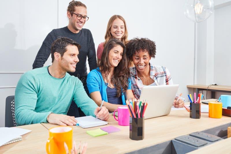 L'équipe de création d'entreprise fait une formation d'ordinateur image libre de droits