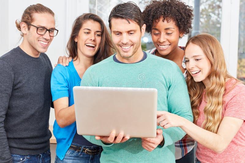 L'équipe de démarrage est heureuse au sujet du succès dans le media social photo libre de droits