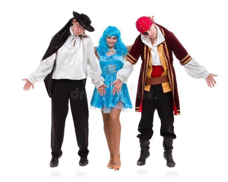 L'équipe de danseur portant le carnaval de Halloween costume la danse contre le blanc d'isolement dans le plein corps photos libres de droits