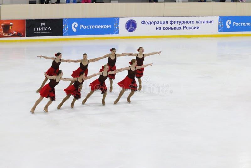 L'équipe de filles de juniors exécute à la tasse Open de la région de Perm dans le patinage synchronisé image stock