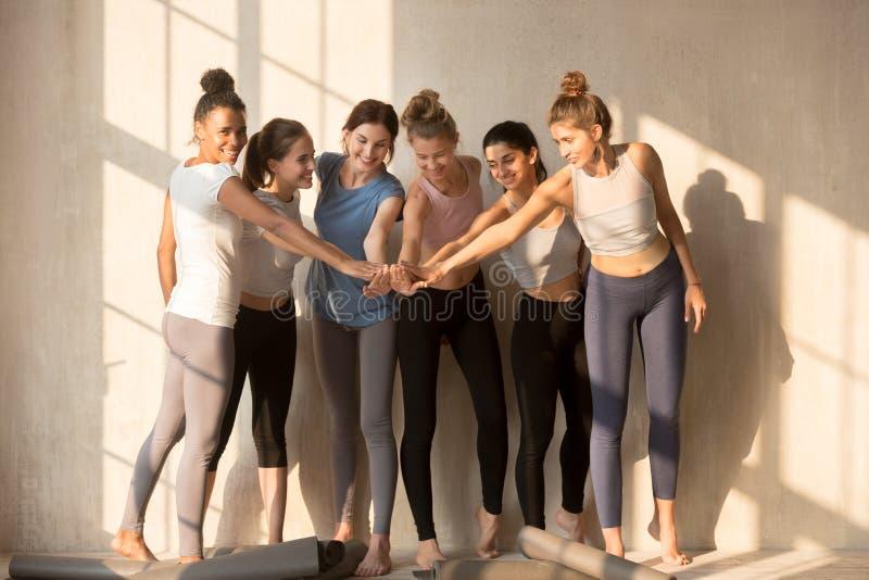 L'équipe de filles sportives a empilé des mains ensemble photographie stock