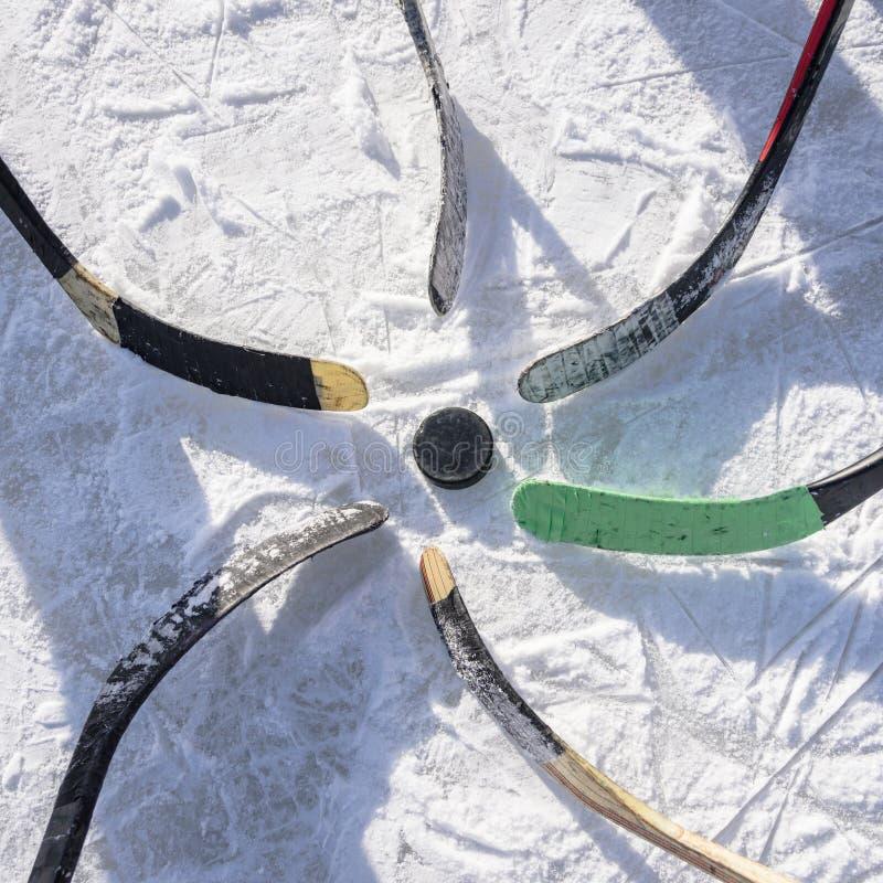 L'équipe de hockey mise musardent autour le joint photo libre de droits