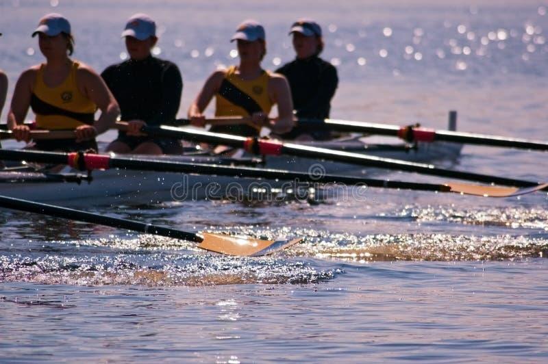 L'équipe de l'aviron des femmes éclabousse photos stock
