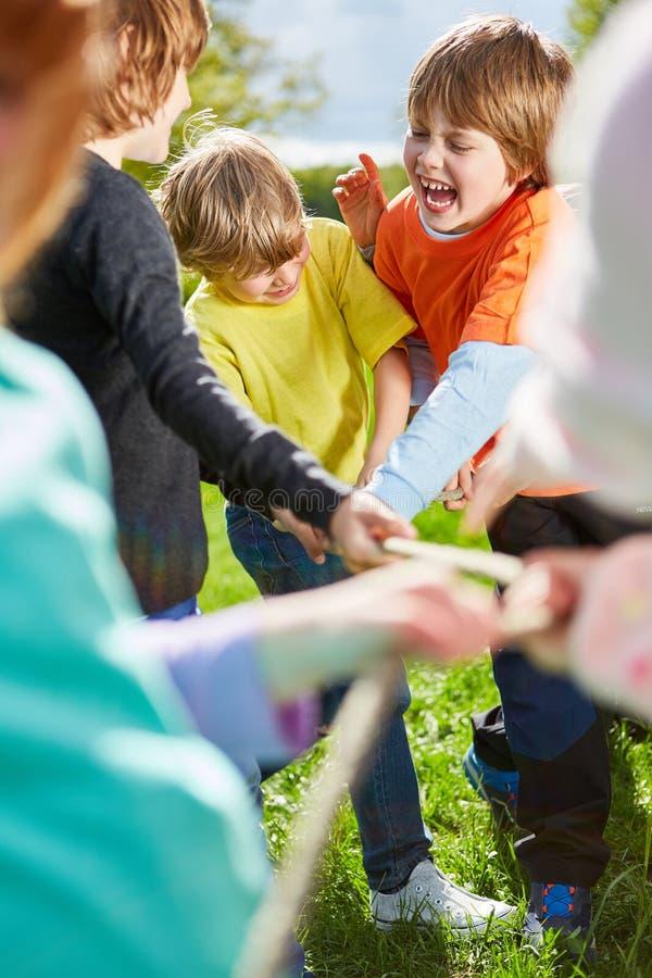 L'équipe des enfants ambitieux dans le conflit image stock