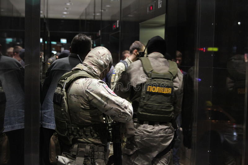 L'équipe du soldat de forces spéciales avec des armes pendant une recherche au centre d'affaires à Kiev, Ukraine, le 14 juillet 2 photographie stock