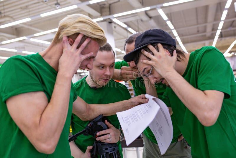L'équipe est choquée par le manuscrit, lisant des journaux backstage photographie stock libre de droits