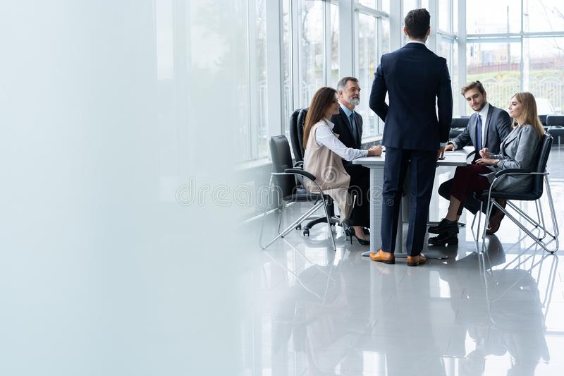 L'équipe et le directeur d'entreprise constituée en société lors d'une réunion, se ferment  photos stock
