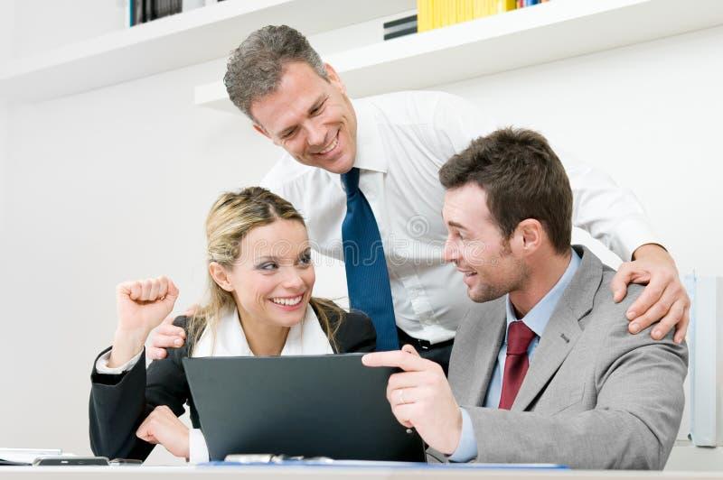 L'équipe heureuse d'affaires célèbrent photos stock