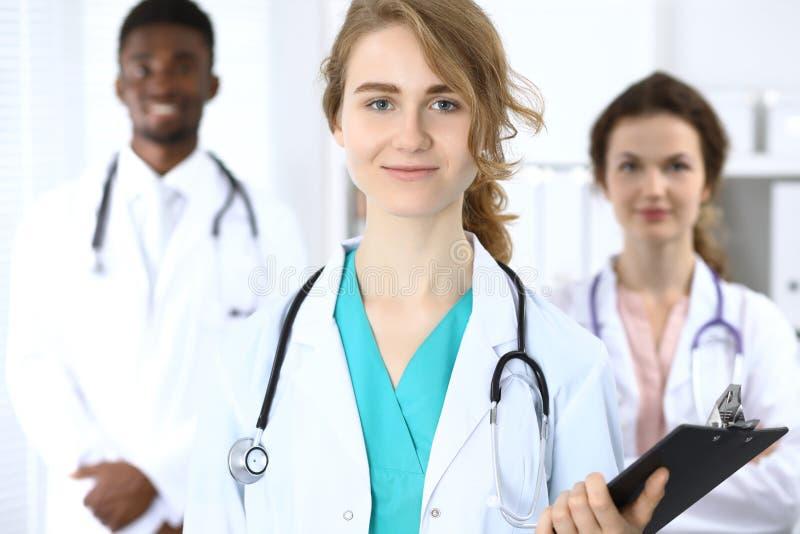 L'équipe médicale des médecins sûrs montrant le signe correct et préparent pour aider Médecine et soins de santé, concept d'assur photo stock