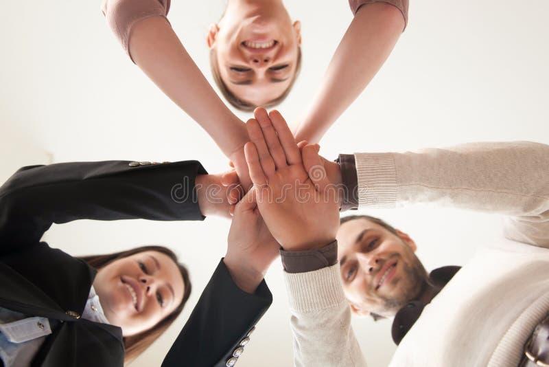 L'équipe unie réussie d'affaires a remonté des mains, vue de soit image stock