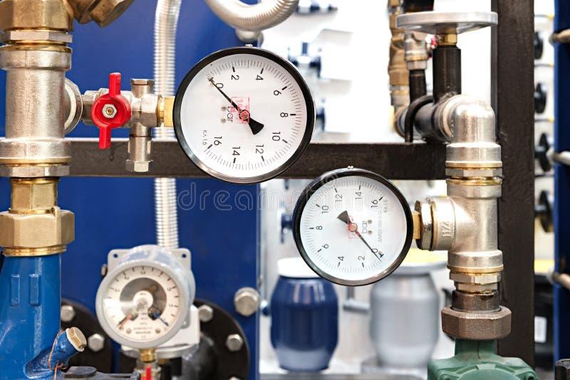 L'équipement de la chaudière-maison, - valves, tubes, indicateurs de pression, thermomètre Fermez-vous du manomètre, tuyau, compt photos stock