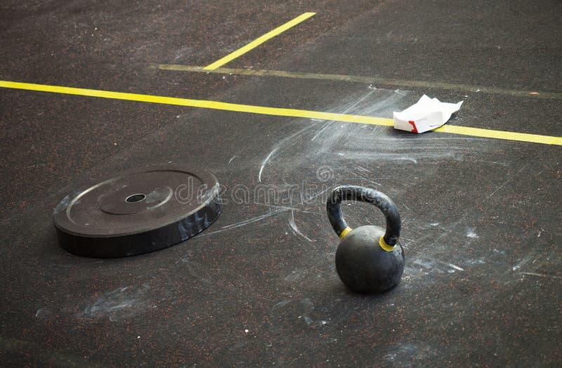 L'équipement de la salle de gymnastique Séance photos naturelle dans le gymnase Endroit après une séance d'entraînement dure image stock