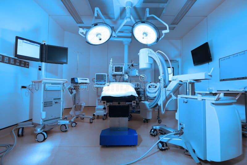 L'équipement et les dispositifs médicaux dans la salle d'opération moderne prennent avec l'éclairage d'art et le filtre bleu image libre de droits