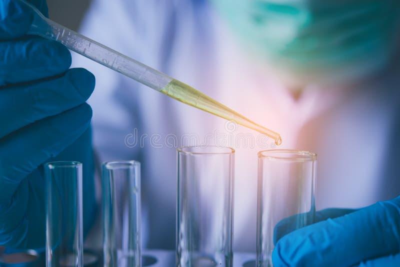 L'équipement et les expériences de la science huilent le scientifique de versement avec des tes image libre de droits
