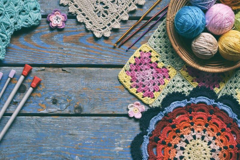 L'équipement pour le crochet de tricotage et de crochet, les fils de coton olorful d'arc-en-ciel, boule des fils, laine, a tricot photo libre de droits